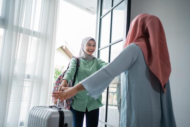 Jeune Femme Musulmane Enthousiaste De Rencontrer Sa Mère Photo Premium