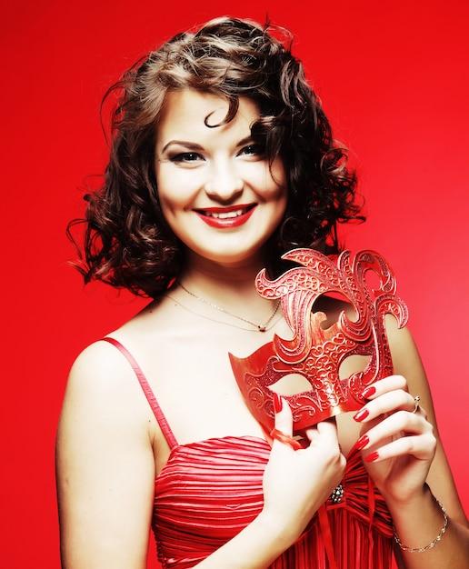 Jeune Femme Avec Un Mystérieux Masque Rouge Photo Premium