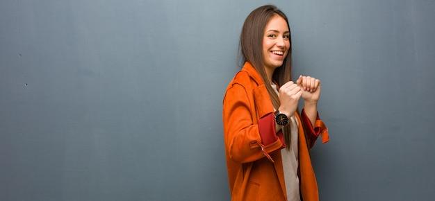 Jeune Femme Naturelle Danser Et S'amuser Photo Premium
