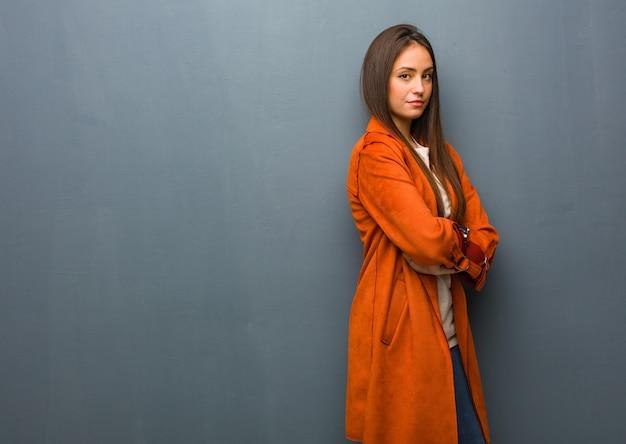 Jeune femme naturelle regardant droit devant Photo Premium