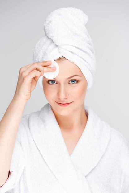 Jeune Femme, Nettoyage, Figure, Après, Maquillage Photo gratuit