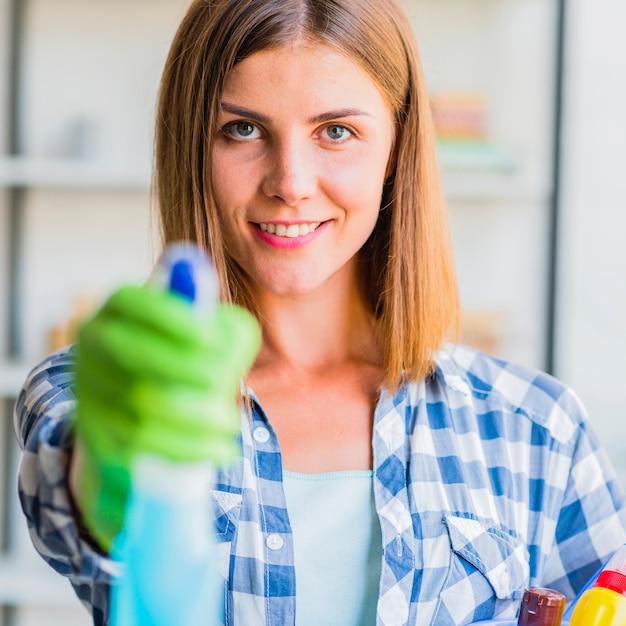 Jeune femme, nettoyage maison Photo gratuit