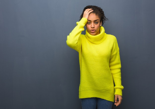 Jeune femme noire fatiguée et très fatiguée Photo Premium