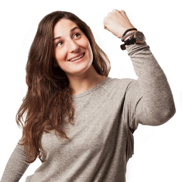 Jeune femme occasionnelle avec geste gagnant Photo Premium