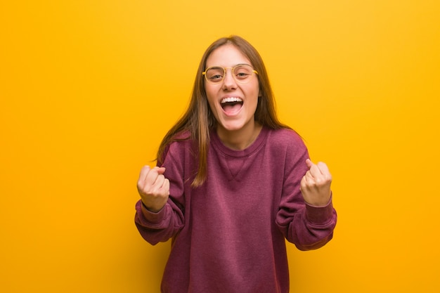 Jeune femme occasionnelle surprise et choquée Photo Premium