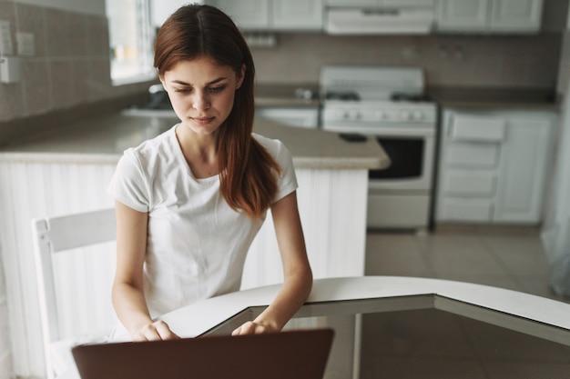 Jeune Femme Avec Un Ordinateur Portable à La Table De Travail Et De Repos Photo Premium