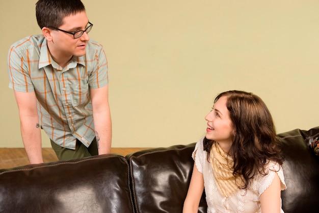 Jeune femme parlant à l'homme Photo Premium