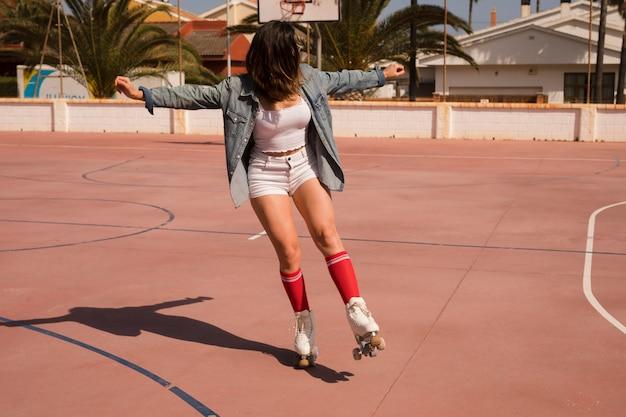 Jeune femme, patinage, extérieur Photo gratuit