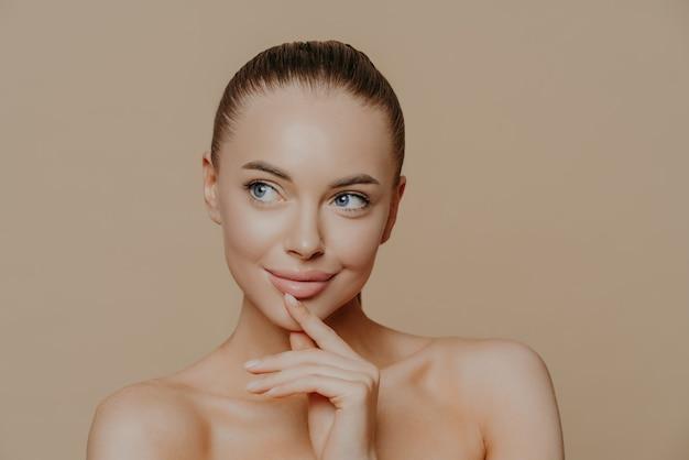 Jeune Femme Avec Une Peau Propre Et éclatante Photo Premium