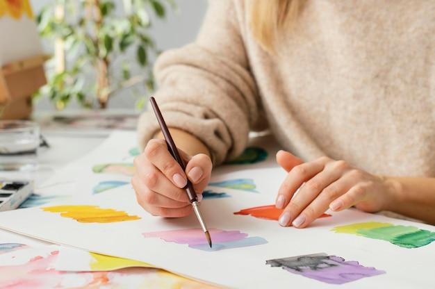 Jeune Femme Peinture à L'aquarelle Photo gratuit