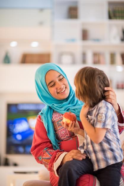 Jeune femme avec petit enfant à la maison Photo Premium