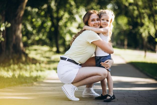 Jeune Femme, à, Petite Fille, Marcher, Dans Parc Photo gratuit
