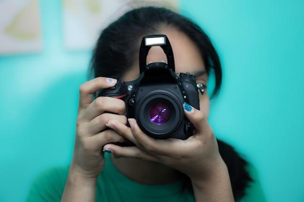 Jeune Femme Photographe Prenant Une Photo Avec Un Appareil Photo Reflex Numérique Photo gratuit