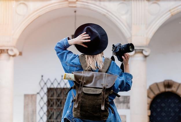 Jeune femme, photographe professionnel avec caméra dans le vieux château Photo Premium