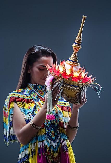 Jeune Femme Portant Un Costume Du Sud De La Tradition Thaïlandaise En Perles Colorées Photo Premium