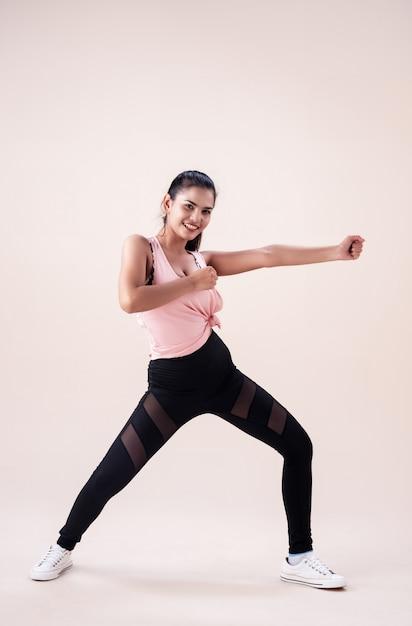 Jeune femme portant des vêtements de sport Photo Premium