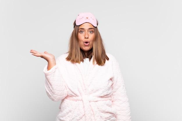 Jeune Femme, Porter, Pyjama Photo Premium
