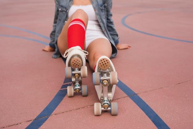 Jeune femme, porter, roller, relaxant Photo gratuit