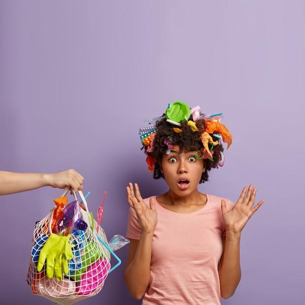 Jeune Femme Posant Avec Des Ordures Dans Ses Cheveux Photo gratuit