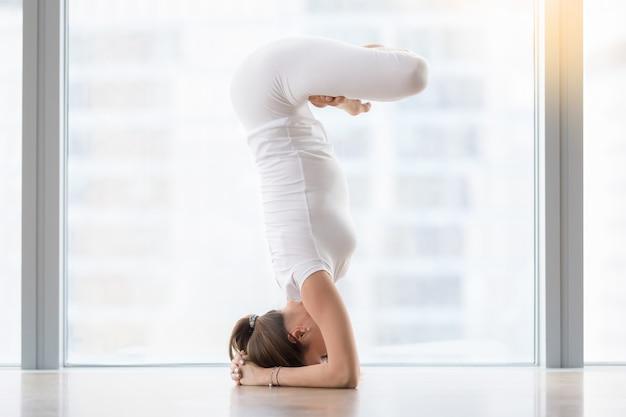 Jeune femme, pose yoga Photo gratuit