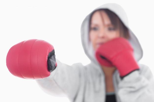 Jeune femme en position de boxe Photo Premium
