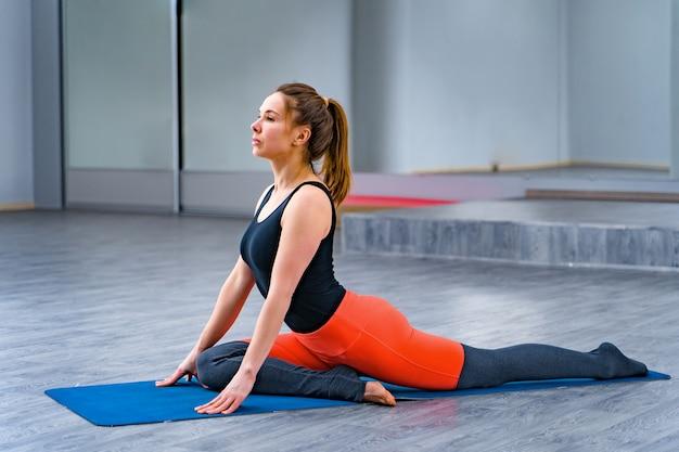 Jeune femme pratiquant le yoga. Photo Premium