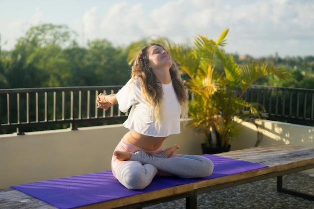 Jeune femme pratiquant le yoga Photo gratuit