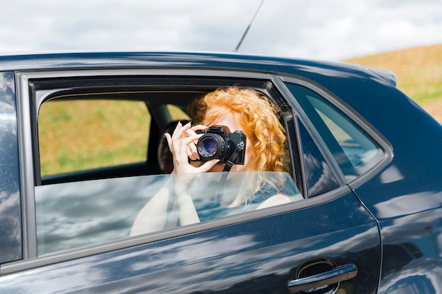 Jeune Femme Prenant Des Photos Sur Chambre Photo gratuit