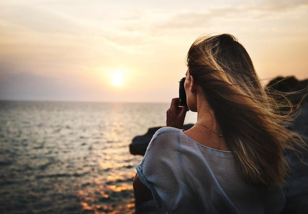 Jeune femme prenant des photos concept Photo gratuit