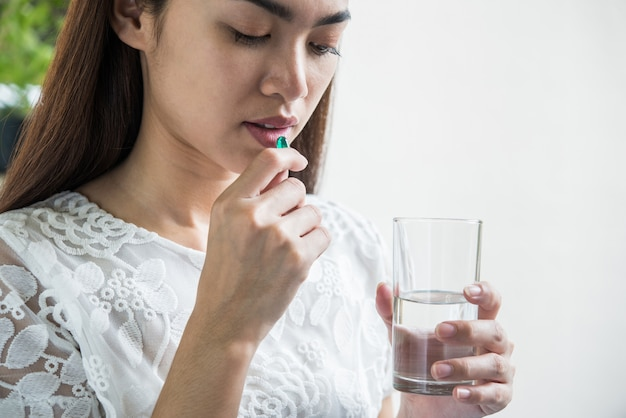 Jeune femme, prendre, médecine, pilule, après, docteur, ordre Photo gratuit