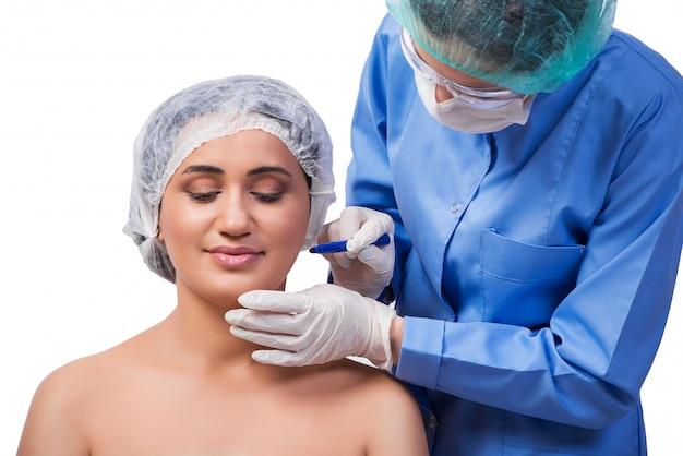 Jeune femme prépare pour la chirurgie plastique isolée Photo Premium