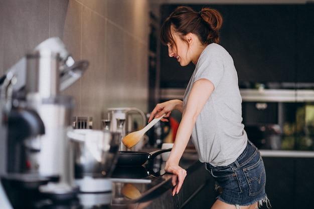 Jeune femme, préparer, petit déjeuner, dans, cuisine, matin Photo gratuit