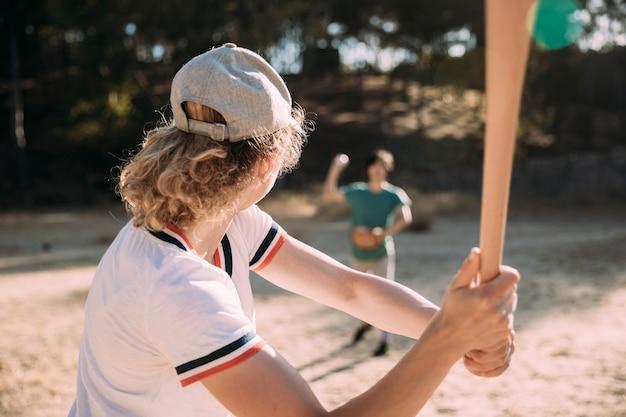 Jeune Femme Prête à Frapper Avec Une Batte De Baseball Photo gratuit