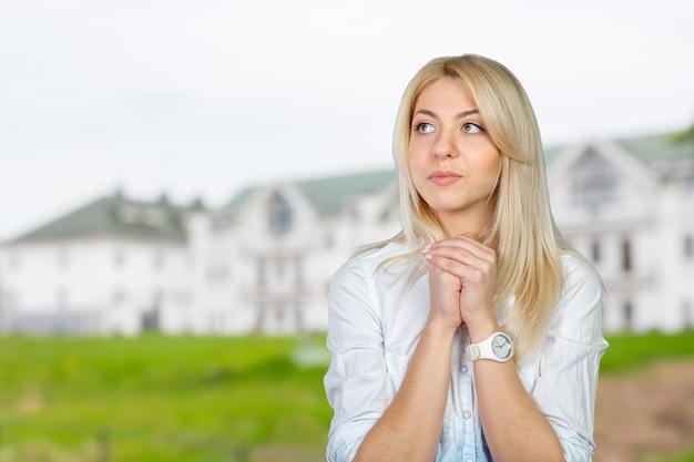 Jeune femme en prière Photo Premium