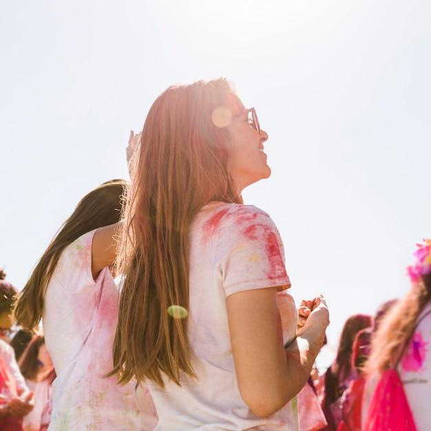 Jeune femme profitant du festival de holi avec son amie Photo gratuit