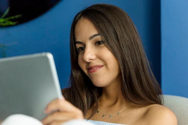 Jeune femme profitant des nouvelles technologies Photo gratuit