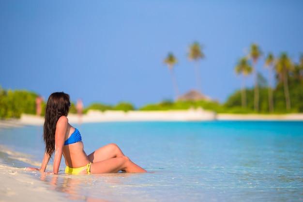 Jeune femme profiter de vacances à la plage tropicale Photo Premium