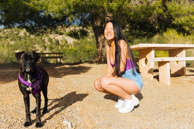 Jeune femme en promenade avec chien Photo gratuit