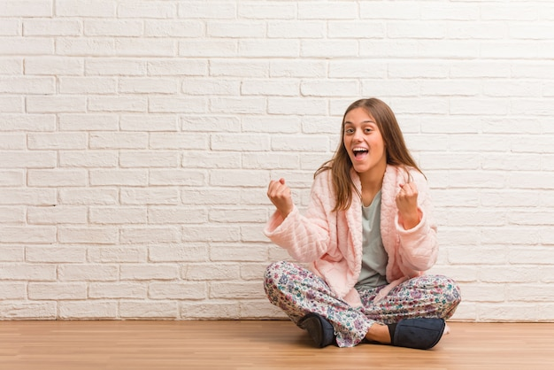Jeune femme en pyjama surprise et choquée Photo Premium
