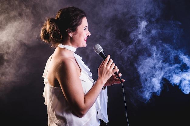 Jeune femme qui chante Photo gratuit