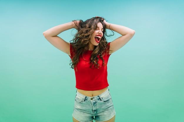 Jeune femme qui crie et danse Photo gratuit