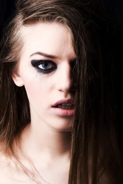 Jeune femme qui pleure dans le noir Photo Premium