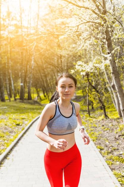 Jeune Femme Qui Traverse Les Arbres Photo gratuit