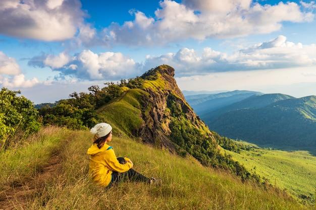 Jeune femme, randonnée, montagnes doi mon chong, chiang mai, thaïlande. Photo Premium