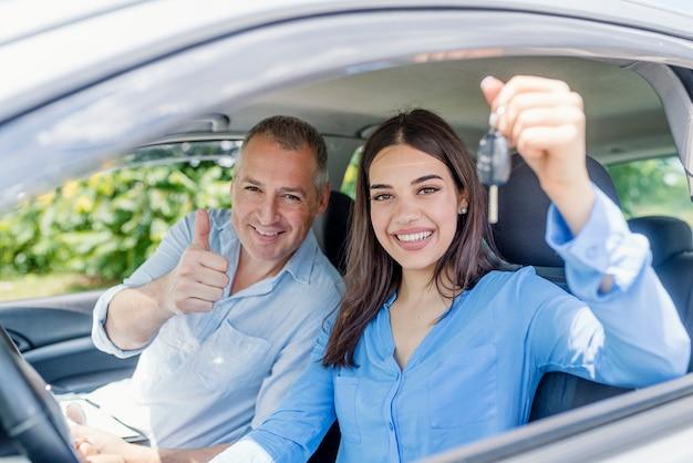 Jeune femme ravie d'avoir passé son test de conduite Photo Premium