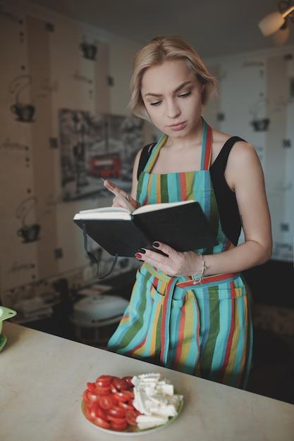 Jeune Femme, Recherche, Dans, A, Livre Recettes Photo gratuit
