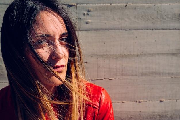 Jeune femme regardant la caméra avec un visage provocateur et sexy. Photo Premium