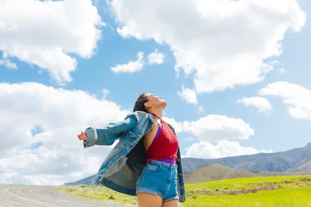 Jeune femme regardant le ciel bleu Photo gratuit