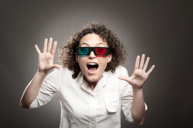 Jeune femme regardant un film portant des lunettes 3d Photo Premium