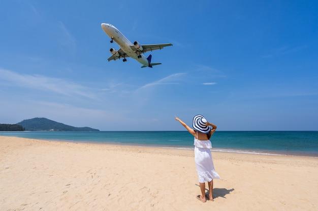 Jeune Femme, Regarder Avion Photo Premium